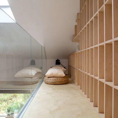 стеллаж в гостиной для домашней библиотеки